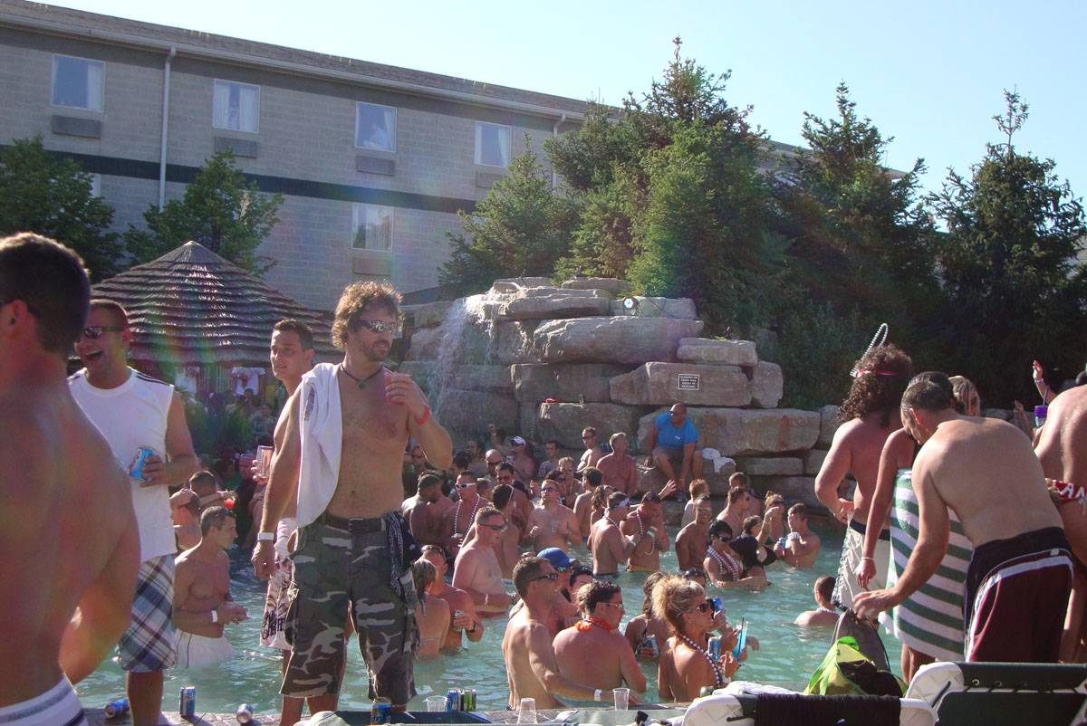 mist pool swim-up bar put-in-bay